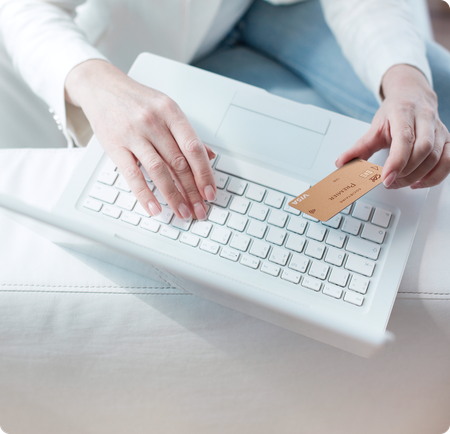 Personne payant en ligne avec une carte bancaire