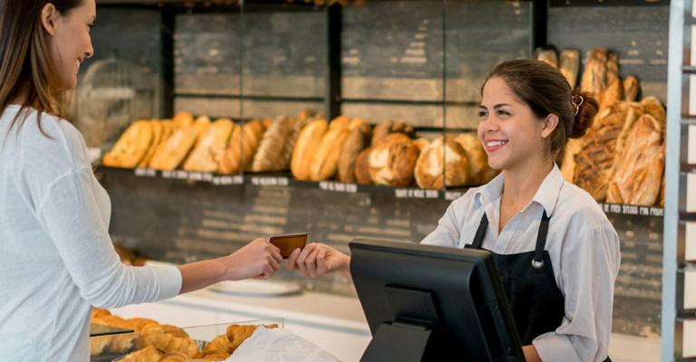 Paiement par carte bancaire dans une boulangerie