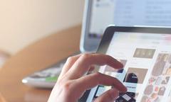 Femme sélectionnant un produit sur son Ipad